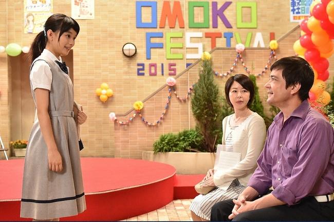 快人(志尊淳)の計らいで快人の計らいで文化祭の会場に現れた真琴(芳根京子)の両親(堀内敬子・川平慈英) (c)TBS