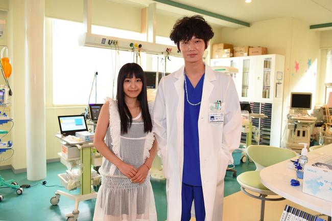 ドラマ「コウノドリ」主演の綾野剛の撮影現場を訪問したmiwa (c)TBS
