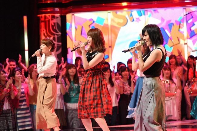 SMAPソングを歌うUTAGEアーティスト(前列右から、山本彩、峯岸みなみ、保田圭) (C)TBS