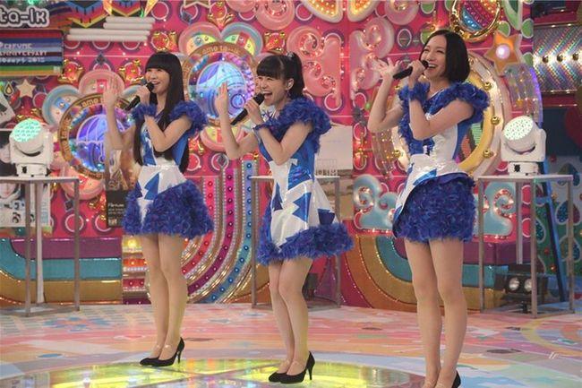 「アメトーーク!」収録スタジオにサプライズ登場するPerfume(写真左より:かしゆか、あーちゃん、のっち) (C)テレビ朝日