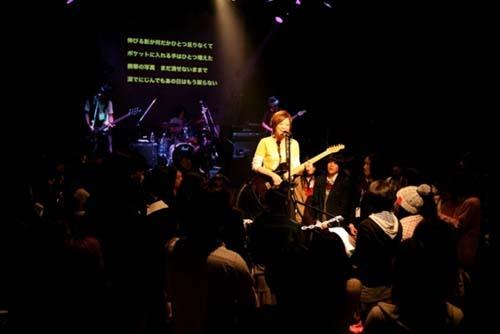 女子中高生100人とデビュー曲「LφST」を唄う弓木英梨乃 (c)Listen Japan