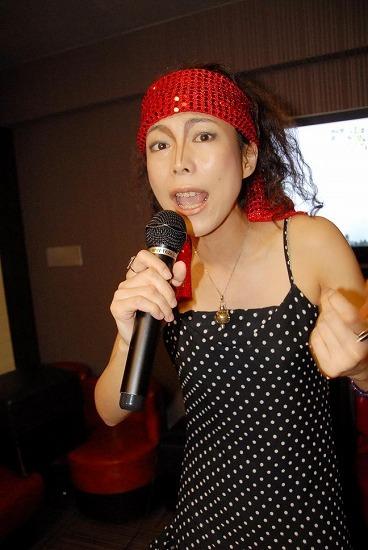 ひとりカラオケでボン・ジョヴィの新曲を熱唱する奴姐さん (c)Listen Japan