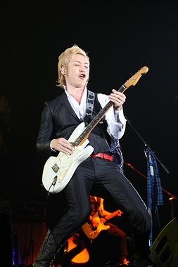 ソロ・コンサート「つるの感謝祭〜つるの恩返し〜」で得意のギターを披露したつるの剛士 (c)Listen Japan