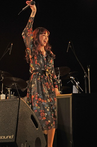 7年ぶりに学園祭ライヴを行った中島美嘉 (c)Listen Japan