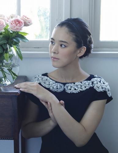 その印象的な歌声からCMソングへのオファーも多い手嶌葵 (c)Listen Japan