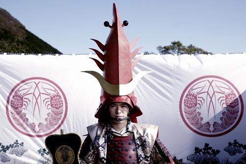 エビ甲冑を装着し、「エビ大将」に扮した高岡蒼甫 (c)Listen Japan