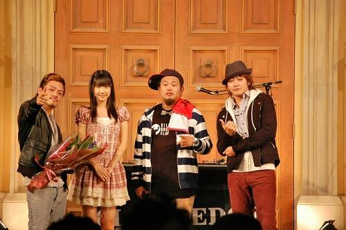 CLIFF EDGEの新曲PVに出演しているAKB48の柏木由紀と記念写真 (c)Listen Japan