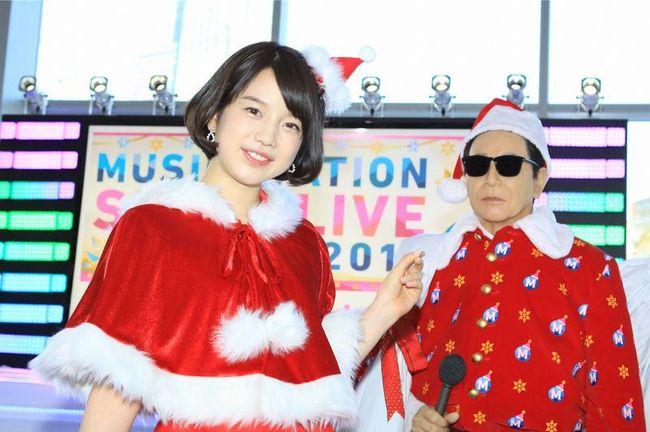サンタ衣装で「Mステ」スーパーライブ2015への意気込みを語る弘中綾香アナウンサー(隣はタモサンタ) (C)テレビ朝日