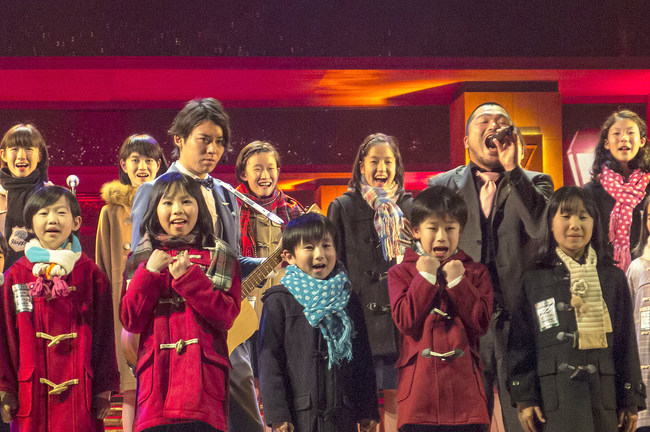 「第57回輝く!日本レコード大賞」にて児童合唱団とコラボするクマムシ(写真はリハーサルの模様) (c)TBS