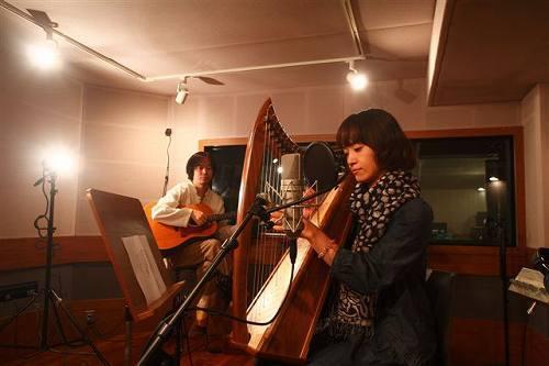ヴォーカル・稲垣涼子とギター・宮垣憲一郎からなるユニット、LITTLE FOLK(リトルフォーク) (c)Listen Japan
