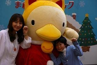 「まねきねこダックの歌」を歌う、たつやくんとマユミーヌ (c)Listen Japan