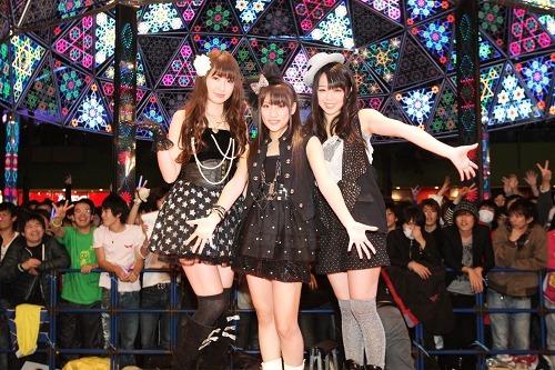 ノースリーブス新曲発売記念イベントでバック転を披露した峯岸みなみ(写真右) (c)Listen Japan