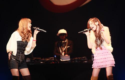 イベント「RED RIBBON LIVE 2009」で共演した「may×2 project」(メイメイ・プロジェクト) (c)Listen Japan