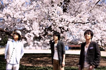 L→R 辻本健司(Ba)、山口教仁(Dr)、花沢耕太(Vo&Piano)