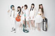 L→R はな(Vo&Dr)、TOMO-ZO(Gu)、Fチョッパー KOGA(Ba)、まい(Performer1号)、オレオレオナ(Vo&Key) (okmusic UP's)