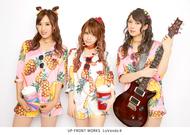 L→R 岡田万里奈(Vo)、田中れいな(Vo)、宮澤茉凜(Gu) (okmusic UP's)