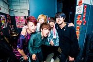 L→R Natsuki(Dr)、まーきー(Gu)、Daiki(Vo&Gu)、しゅうま(Ba)、ISATO(Vo) (okmusic UP's)