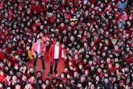 2018名の新メンバーとともに新曲「うたエール」MV撮影を行なったゆず(1月6日@伊勢佐木町イセザキ・ モール)。 (okmusic UP's)
